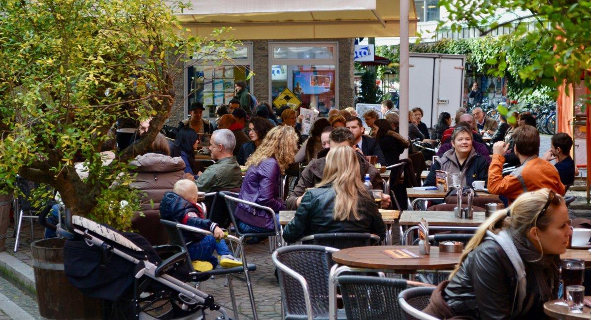 Volle Cafés in der Freiburger Altstadt
